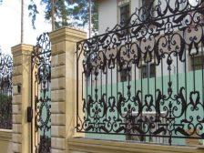 забор -  D1 87 D0 B5 D1 80 D0 BD D1 8B D0 B9  D0 BC D0 B5 D1 82 D0 B0 D0 BB D0 BB 2 224x168 - Черный металл или оцинкованная сталь с полимерным покрытием: какой забор выбрать?
