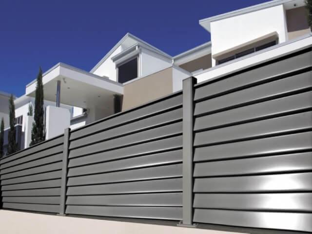 забор -  D1 87 D0 B5 D1 80 D0 BD D1 8B D0 B9  D0 BC D0 B5 D1 82 D0 B0 D0 BB 3 - Черный металл или оцинкованная сталь с полимерным покрытием: какой забор выбрать?